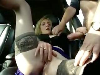 femme mure sexhibe et se masturbe en voiture