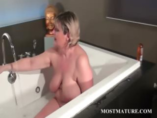 older tramp dildoes muff in bathtub