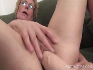 lusty milf dildoing longing cum-hole