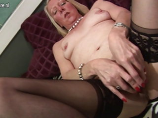 older housewife playing with her old pussy
