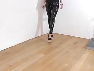 vinyl leggings und high heels