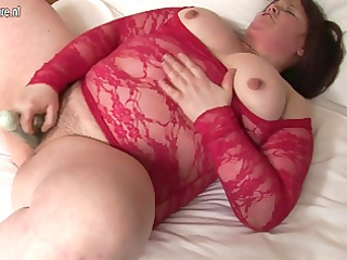 fat housewife sticks sex tool up her hairy slit